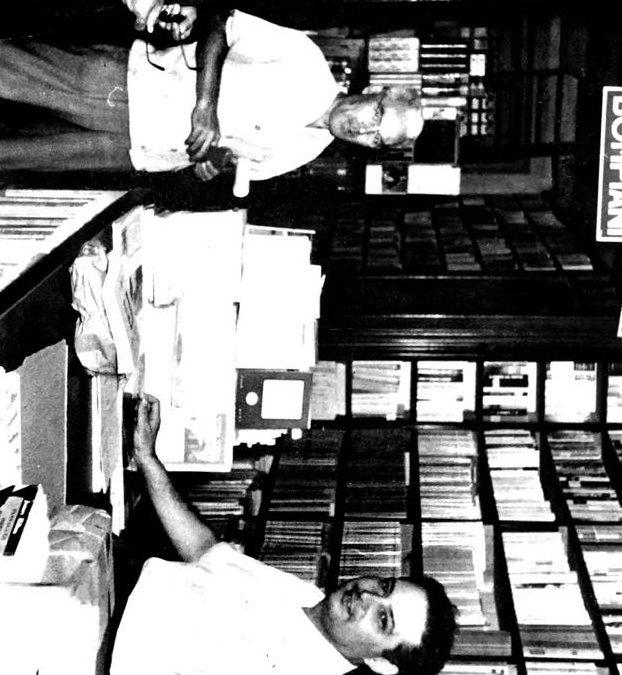 Rosario Mascali con cliente nel 1950