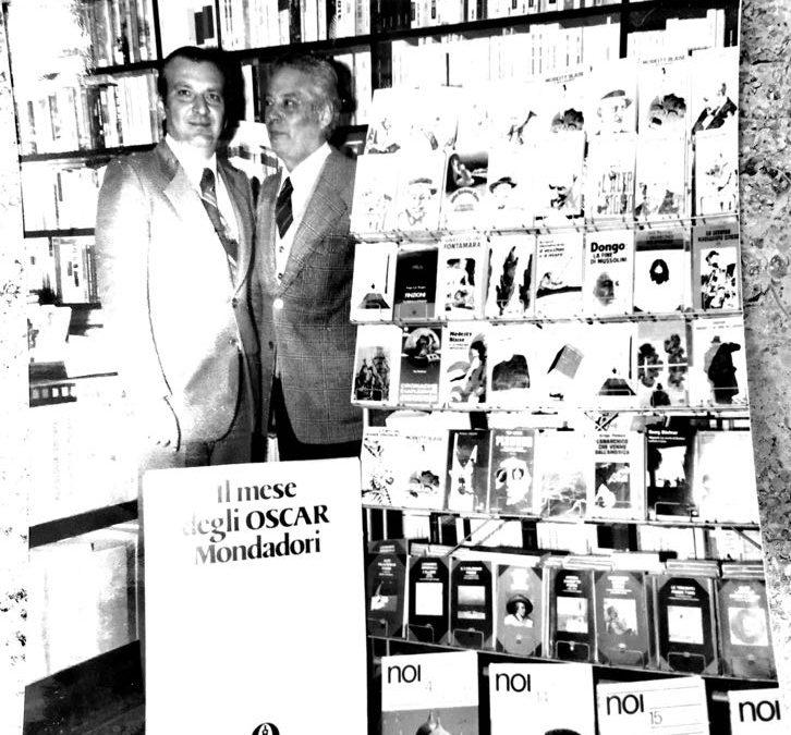 Rosario Mascali con il rappresentante dell'Area Sud di Mondadori nel 1979