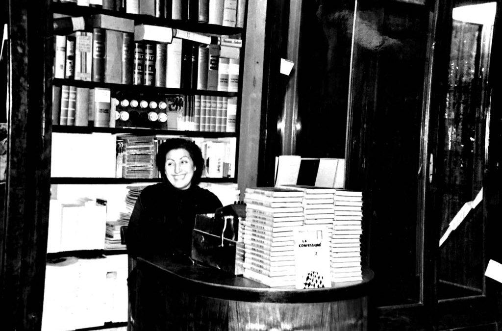 Tina Balestri Mascali alla cassa nel 1954